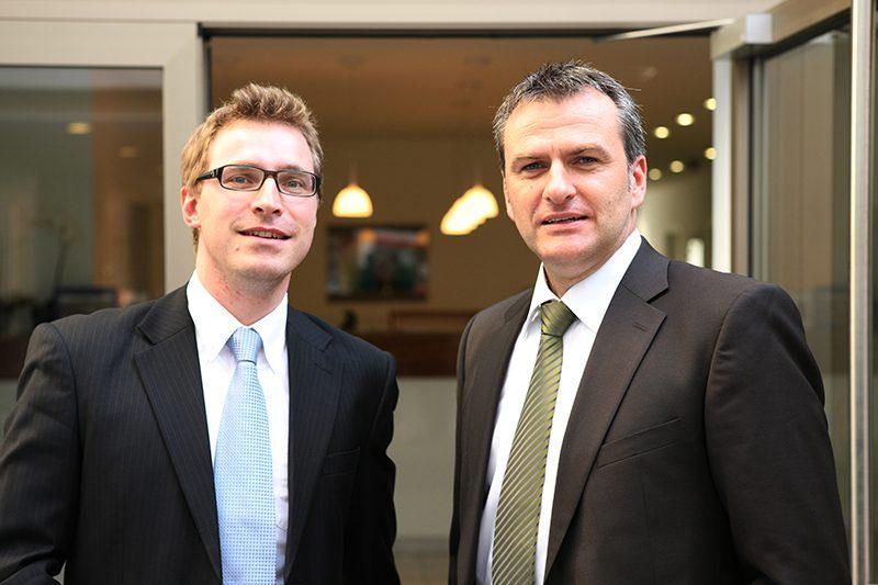 Christian Lerch und Levin Brunner sind die Geschäftsführer der Q-4 GmbH. Ihre Zufriedenheit steht im Zentrum des Denken und Handelns der Q-4 GmbH.